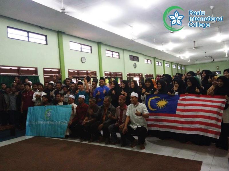 Bergambar bersama kakitangan dan pelajar-pelajar Pesantren Seruni