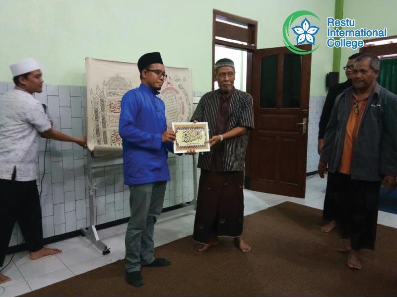 Penyampaian cenderamata kepada pihak Pondok Pesantren Seruni Siduargo