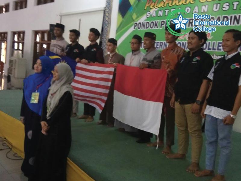 Bersama pelajar di Pesantren Gading Mangu
