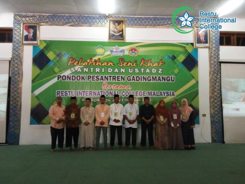 Bergambar bersama guru-guru di Pesantren Gading Mangu